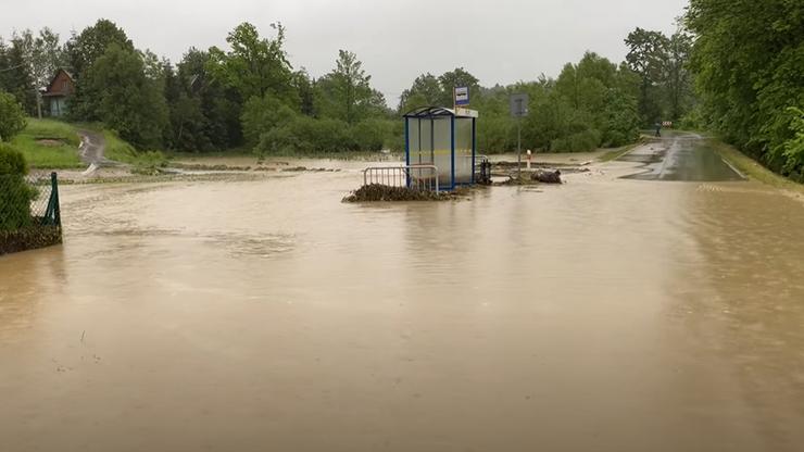 """Najwyższe stopnie alarmowe po nocnych nawałnicach w Małopolsce. """"Prawie cały powiat jest zalany"""""""