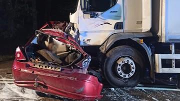 Samochód zderzył się z ciężarówką. Zginęli ojciec i dwaj synowie