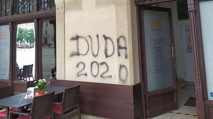 """82-letni graficiarz. Napisał na sukiennicach """"Duda 2020"""""""